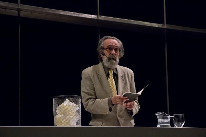 """Isidoro Valcárcel durante  la conferencia titulada """"Sólo una vez"""", que el artista ha escrito una vez, presentado y leído ante el público una vez en el Musac. Fotografía:Cortesía Musac"""