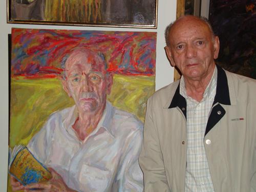Gaspar Moisés Gómez junto a un retrato suyo realizado por el pintor Modesto Llamas Gil.