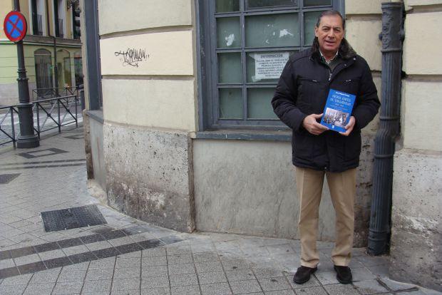 José Miguel Ortega frente al antiguo Café Katiuska, que acabó convertido en un comedor social. Foto: L. Fraile.