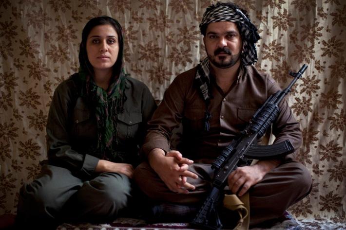 Saman Johwar Kahraman, de 34 años, junto a su mujer Peruin, de 21. / JM López / AFP