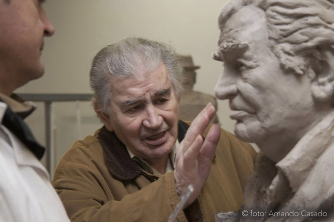 Antonio Gamoneda observa su busto. © Fotografía: Amando Casado.