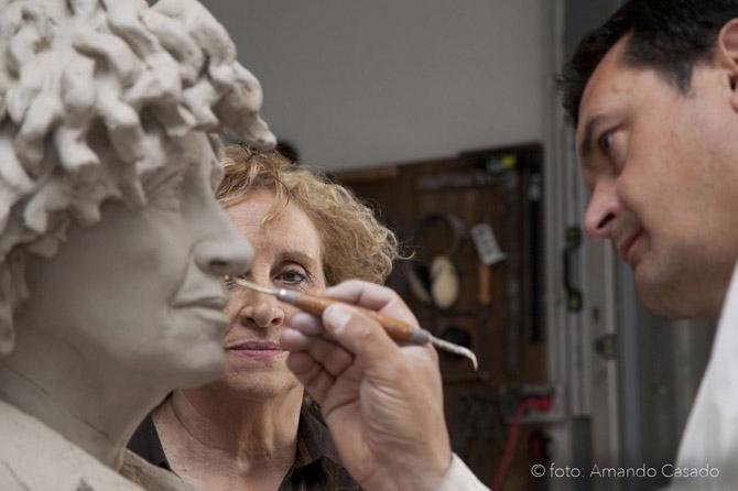 Elena Santiago y Amancio González Andrés, durante la realización del busto de la escritora. © Fotografía: Amando Casado.