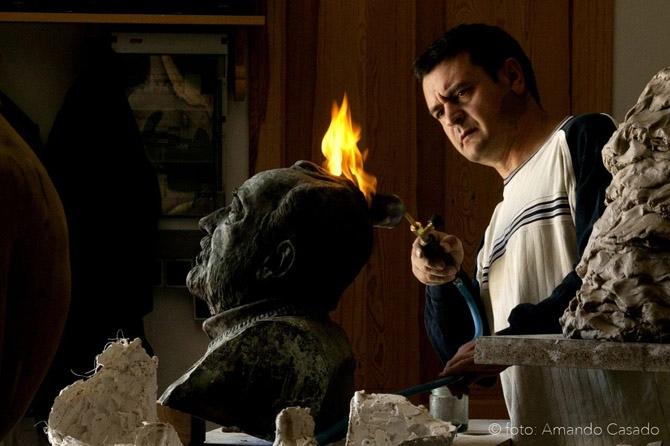 Amancio González trabajando en uno de los bustos. © Fotografía: Amando Casado.