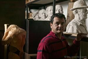 El escultor Amancio González en su taller de Lorenzana. © Fotografía: Amando Casado.