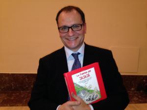 El dibujante José María Nieto, con su último libro.