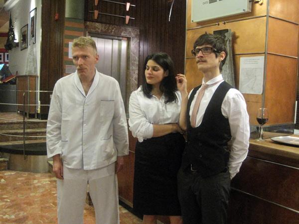 Manuel AO, Andrea Soto y Eduardo Fandiño, en la recepción del Hotel Quindós, el día de la actuación. © Fotografía: Eloísa Otero.