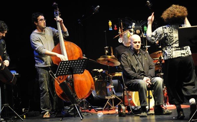 Germán Coppini, en el Jofre, acompañado por los músicos del Comando Delta. © Fotografía: Jorge Meis (diariodeferrol.com)