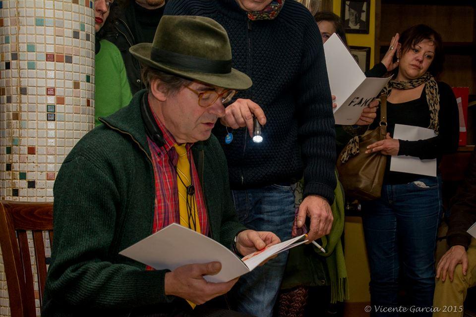 Ildefonso Rodríguez leyendo un poema durante la presentación de la revista Fake, el pasado 17 de enero en León. © Fotografía: Vicente García.