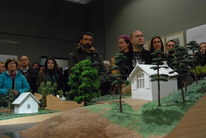 """Imagen de la exposición """"Cabañas para pensar"""", en la Fundación Cerezales, el día de la inauguración."""