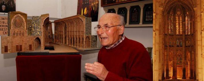Francisco González Ferreras, en su casa de Trobajo (León), junto a una maqueta del interior de la Catedral leonesa, que ha reproducido a la perfección, incluso en sus vitrales, como se puede ver en la imagen de detalle situada a la derecha. © Fotografía: RGM.