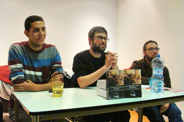 David Ramos (Ateneo Libertario de Salamanca), Mark Bray (autor del libro) y Gustavo Arranz (CNT Valladolid). © Fotografía: L. Fraile.