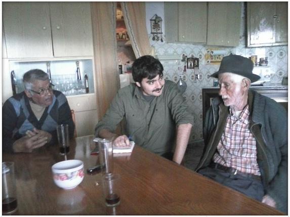 El periodista Emilio Gancedo, en el centro, entrevistado a algunos de los protagonistas de su libro.