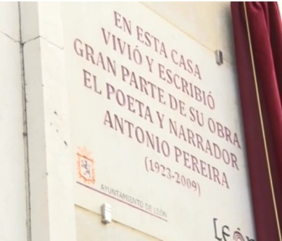 La placa, en el 19 de Papalaguinda (León, España).