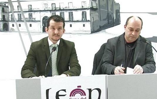 El concejal de Cultura, Juan Pablo García, y el poeta Víctor M. Díez, durante la presentación del programa del segundo Laboratorio Poético.