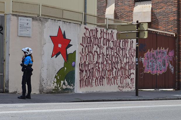 Una agente de Policía Municipal consulta sobre el mural tras su repintado. © Fotografía: Gaspar Francés / últimoCero.