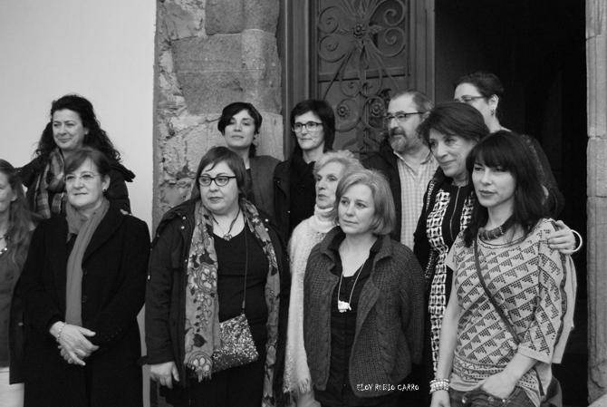 Algunas de las artistas que muestran sus obras, con Luis García, la alcaldesa Victorina Alonso y la concejala Mercedes Rojo. © Fotografía: Eloy Rubio Carro.