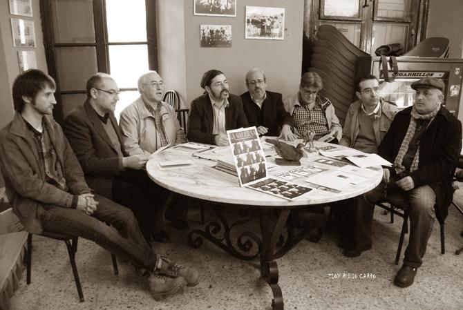 Presentación de las publicaciones en el  bar 'Mansillés' de Mansilla de las Mulas. © Fotografía: Eloy Rubio Carro.