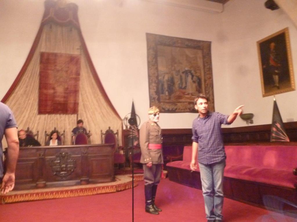 """Javier Semprún, caracterizado como Millán Astray (en el centro, con el parche), en una fotografía del rodaje de """"Unamuno en Fuerteventura""""."""