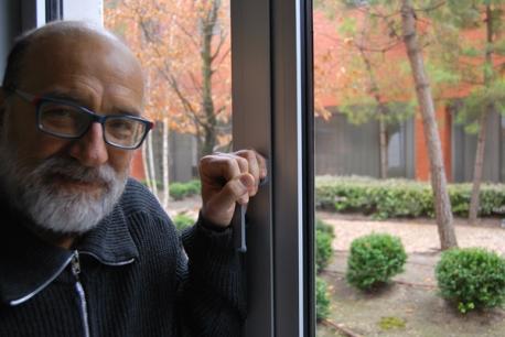 El actor Julio Lázaro posando para la entrevista con Isaac Macho. © Fotografía: I. M.