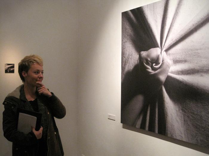 """Miriam Vega ante una de sus obras (""""Delirium rosae""""). © Fotografía: Eloísa Otero."""