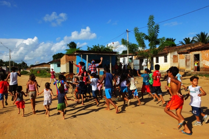 Actuación del colectivo Pallasos en Rebeldía en la comunidad Kariri Xoco de Brasil. © Fotografía: Pallasos en Rebeldía.