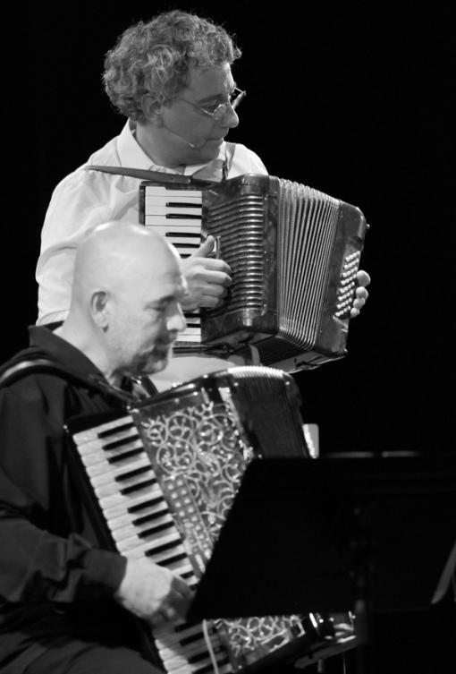 El poeta Juan Carlos Mestre con el acordeonista Cuco Pérez. © Fotografía: juanluisgx.