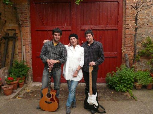 La cantante Cova Villegas con el dúo Delta Galgos, compuesto por los guitarristas Marcos Cachaldora y Gonzalo Ordás.