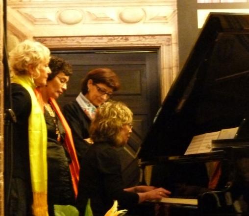 Monika, Marifé Santiago Bolaños, Olvido García Valdés y, al piano, Irina Bachelis.