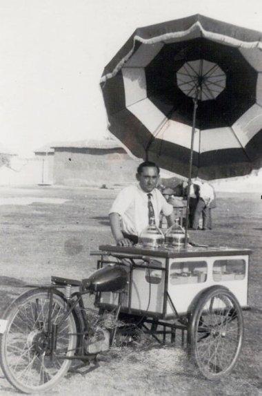 El heladero con su Isocarro.