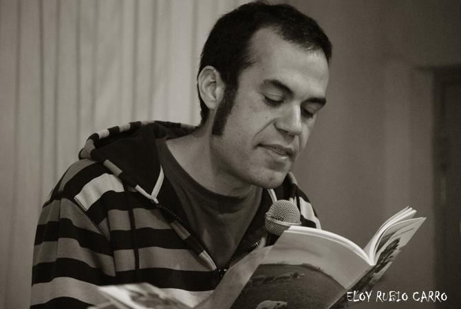 El poeta y escritor Abel Aparicio, durante un recital. © Eloy Rubio Carro.