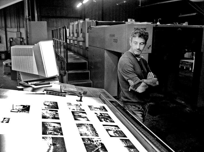 José Ramón Vega ante las pruebas de imprenta de su primer libro.