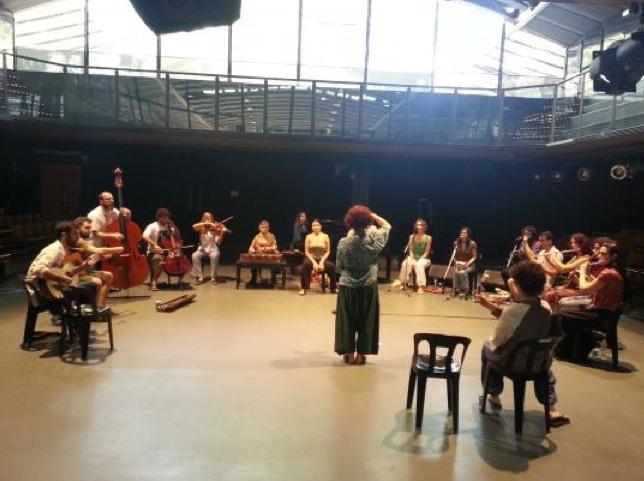 Chefa Alonso impartiendo un taller de improvisación.