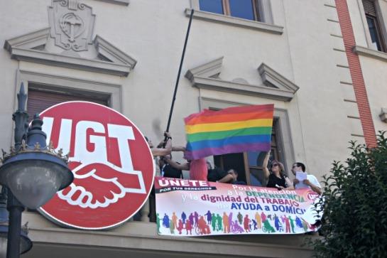 Bandera del Orgullo Gay en la sede de los sindicatos de León.
