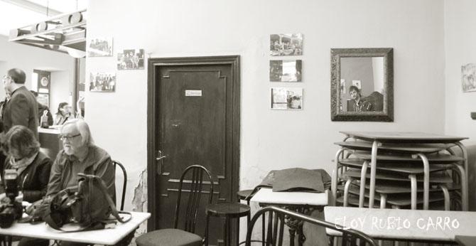 Jorge Pascual (al fondo, en el espejo) durante la presentación del libro. © Fotografía: Eloy Rubio Carro.