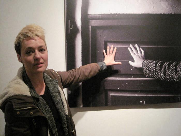 Miriam Vega ante una de las imágenes de la exposición. © Fotografía: Eloísa Otero.
