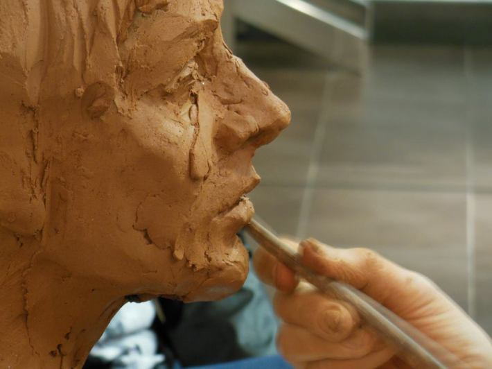 Charo Acera, modelando un busto de barro.