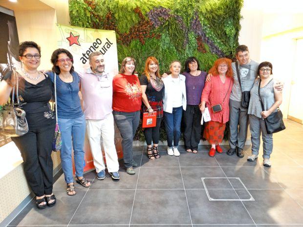 Foto de familia de organizadores y galardonados con los premios Diálogo 2015 del Ateneo Jesús Pereda. Foto: M.R.