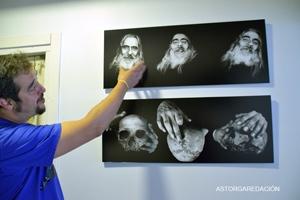 Ranommanfotho (Andrés Palmero Alonso) ante una de las obras de la exposición. © Fotografía: Eloy Rubio Carro.