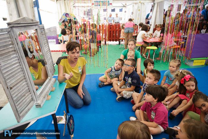 UNPUNTOCURIOSO con los pequeños en su espectáculo de narración oral 'Más caras', en el marco de Divierteatro. © José Vicente Fotógrafo.