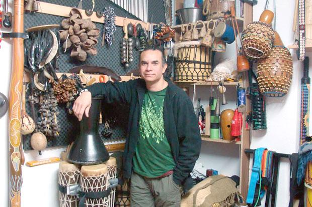 Yonder Rodríguez posee alrededor de dos centenares de instrumentos de percusión procedentes de todo el mundo. © Foto: L. Fraile.