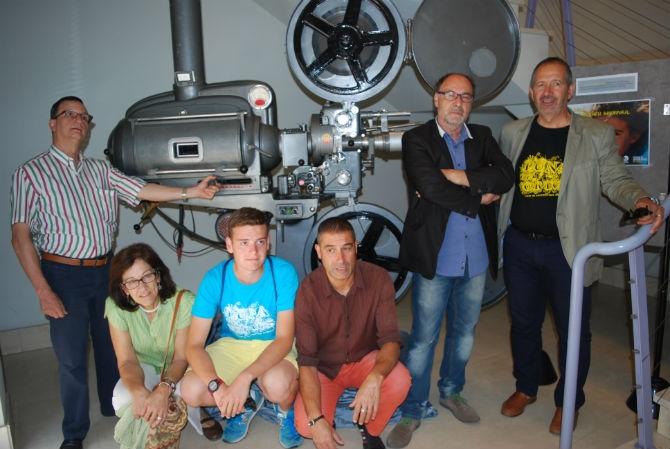 Los organizadores del festival posando al lado de un proyector OSSA, propiedad de Miguel 'Trébol'. © Fotografía: astorgaredaccion.com