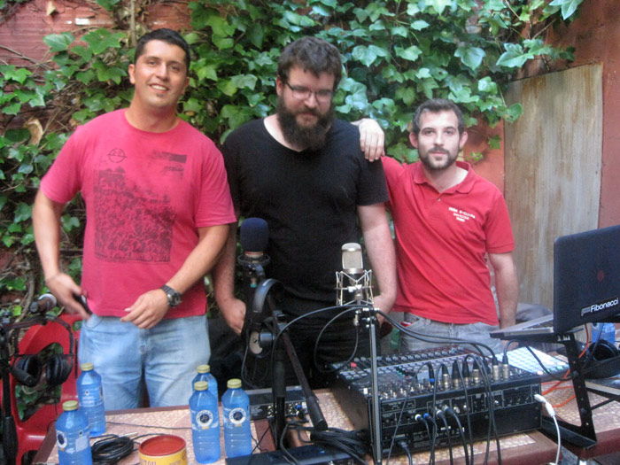 """Rompe, Genzo y Pedro, conductores de Cubo Radio, durante la grabación de un programa en el café Ékole, el verano pasado, dentro del proyecto """"Patios"""". © Fotografía: Eloísa Otero."""