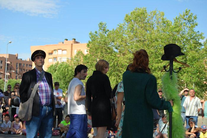 """Una escena de la obra """"Absurdistán"""", representada por un grupo de aficionados dirigidos por profesionales de la compañía Azar Teatro."""