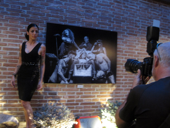 Divina Quinina, junto a una de la imágenes de la exposición, posando para Mauricio Peña. © Fotografía: Eloísa Otero.