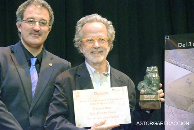 El alcalde de Astorga, Arsenio García entregó el Premio de Honor a Fernando Colomo. Fotografía: Eloy Rubio Carro.