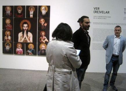"""Exposición """"Ver (re)velar"""" en el MUSAC. El artista Pablo García, en el centro, con Manuel Olveira. © Fotografía: Eloísa Otero."""