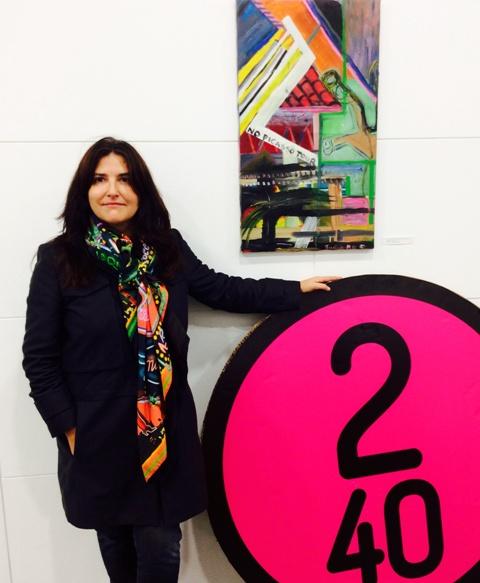 Susana F junto a su obra, en Factory 240.