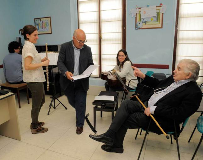 Pixán, con algunos de los músicos, revisando una partitura ante Antonio Gamoneda. © Fotografía: Nacho Orejas-La Nueva España.