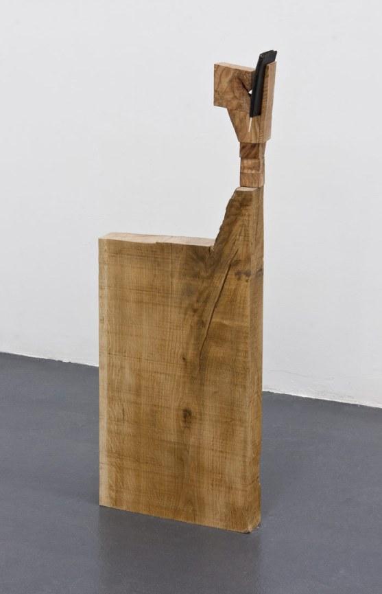 """Tercer Espacio: Jacobo Castellano. """"Sin título"""", 2015. Madera y billetera en cuero. 89 x 32,5 x 15 cm. Cortesía F2 Galería, Madrid."""