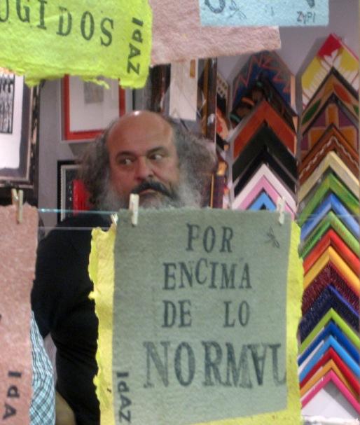 """Felipe Zapico en su """"explosición"""" titulada """"A pura tinta"""", en Kanya Enmarcación (León). © Fotografía: Eloísa Otero."""